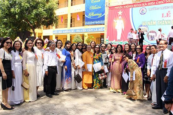 Hội ngộ thầy và trò nhân kỷ niệm 60 năm thành lập Trường THPT Trần Cao Vân (Tam Kỳ). Ảnh: ĐÌNH QUÂN