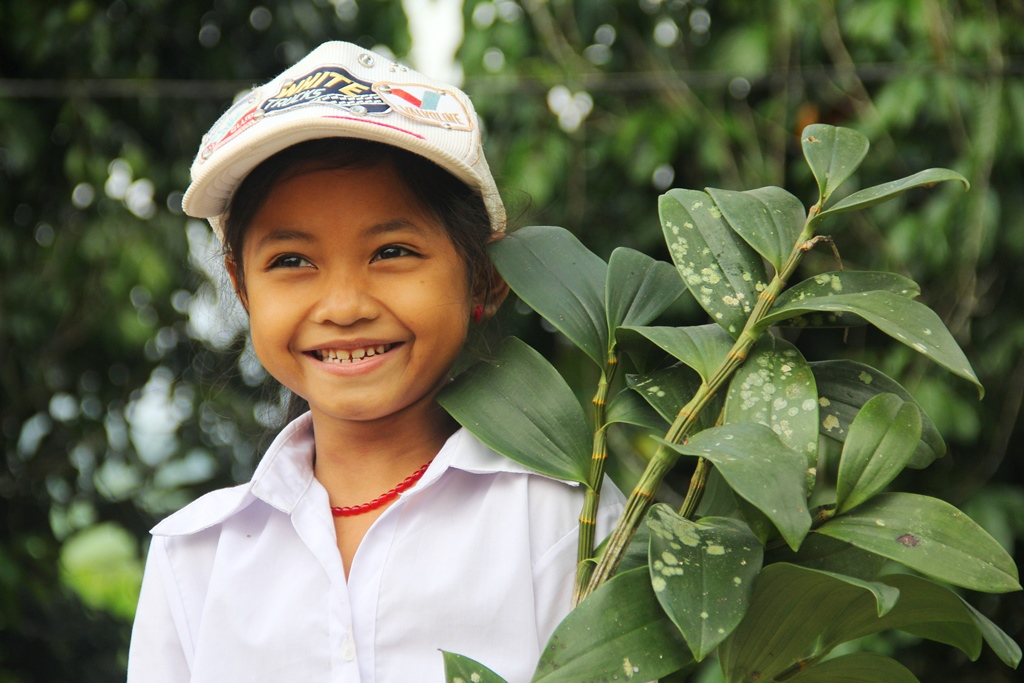 Niềm vui của Alăng Thị Điềm cùng nhánh lan rừng chuẩn bị mang đến cho cô giáo chủ nhiệm.