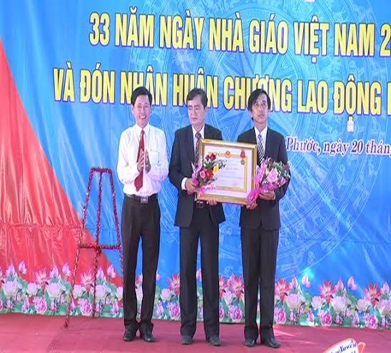 Trường THCS Kim Đồng đón nhận Huân chương lao động hạng Ba.
