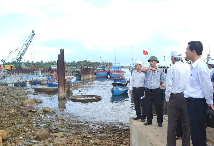 Đoàn công tác của UBND tỉnh do Phó Chủ tịch UBND tỉnh Lê Trí Thanh dẫn đầu đi thực địa tại thôn An Hải Đông.