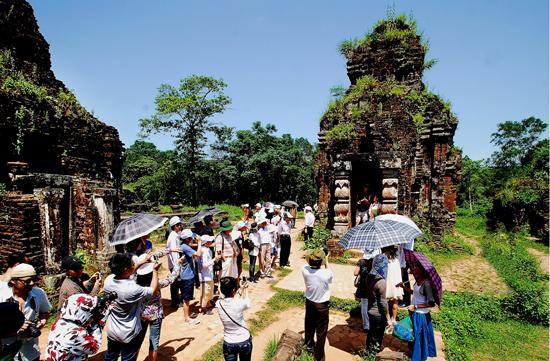 Di sản văn hóa thế giới Mỹ Sơn thu hút du khách. Ảnh: LÊ TRỌNG KHANG
