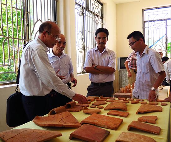 Phân loại hiện vật thu thập được ở di tích Triền Tranh tại Bảo tàng Văn hóa Chămpa - Sa Huỳnh, Duy Xuyên. Ảnh SONG ANH