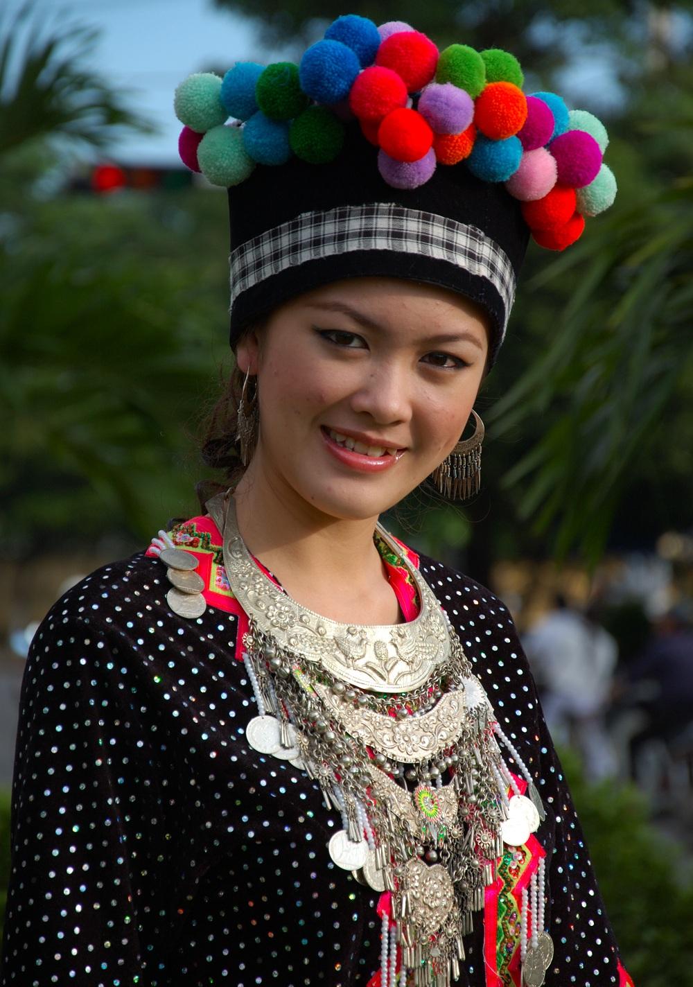 Thiếu nữ Lào trong trang phục truyền thống.