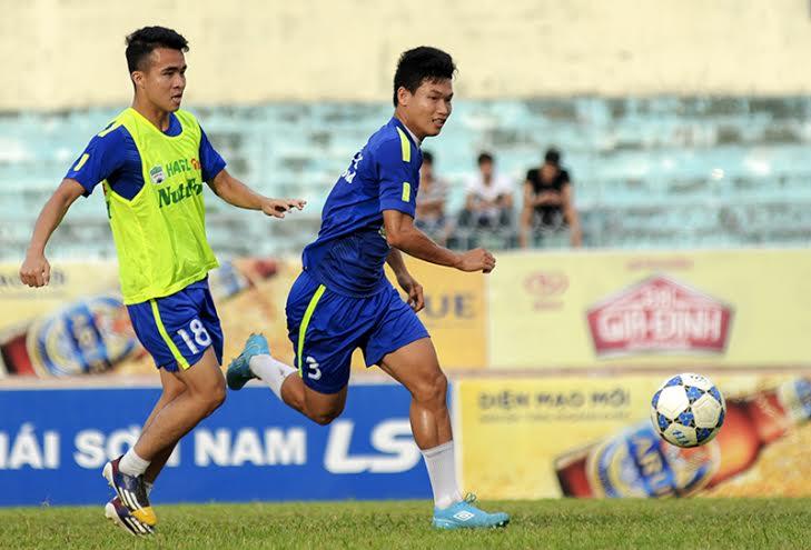 Trung vệ Trần Hữu Đông Triều (áo xanh số 3) là tài năng trẻ đầy hứa hẹn của bóng đá Việt Nam.