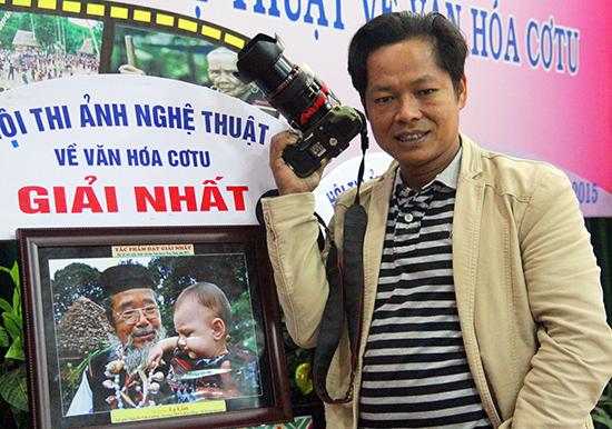 Tác giả Nguyễn Văn Cường bên tác phẩm đoạt giải Nhất.