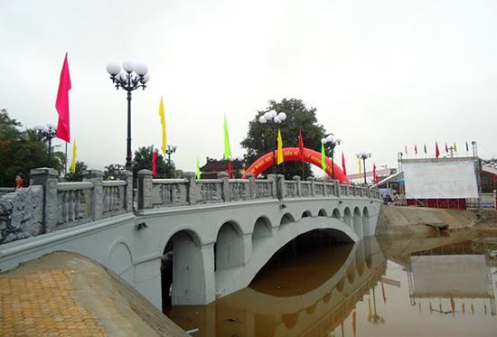 Cầu mới bắc qua Hà trì cửu khúc.