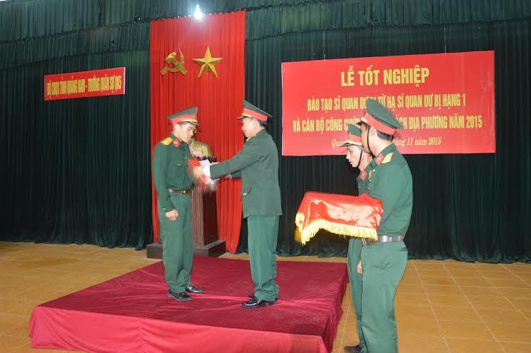 Trao quyết định phong quân hàm Thiếu úy SQDB cho các học viên.