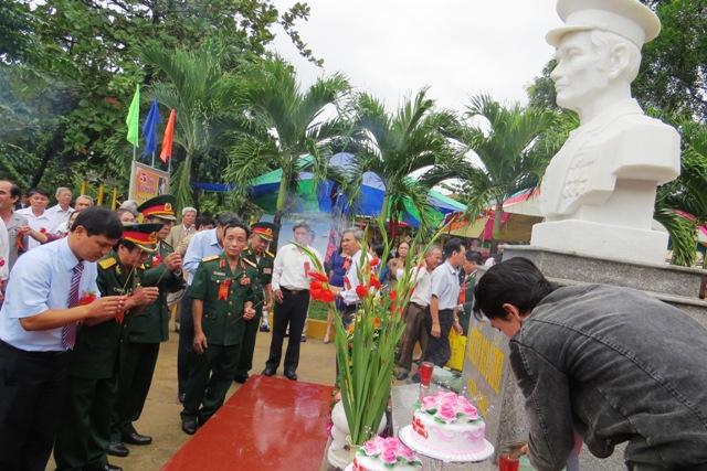 Cán bộ lãnh đạo, cựu chiến binh, tập thể thầy và trò nhà trường dâng hương tại khu vực tượng đài. Bích Liên