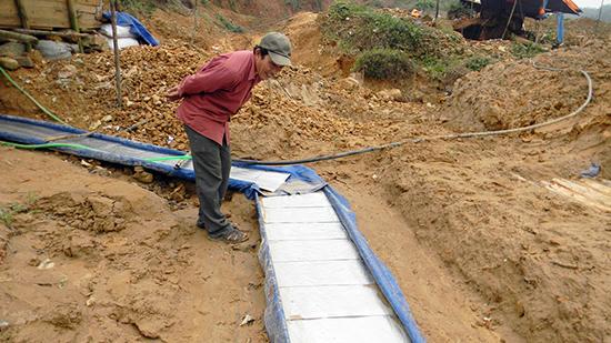 Hiện trường một điểm khai thác vàng trái phép tại núi Kẽm, sát với khu vực mỏ vàng Bồng Miêu.