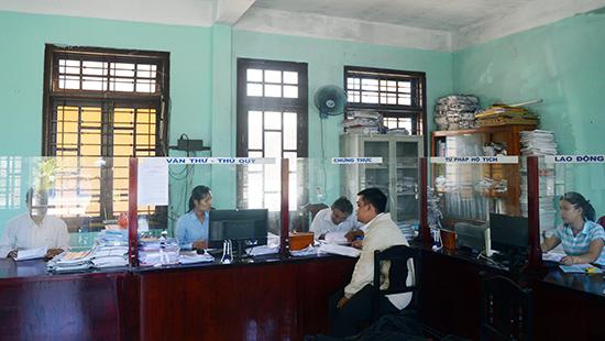 """Văn phòng """"một cửa"""" ở UBND phường Điện Nam Bắc. Ảnh: QUỐC TUẤN"""