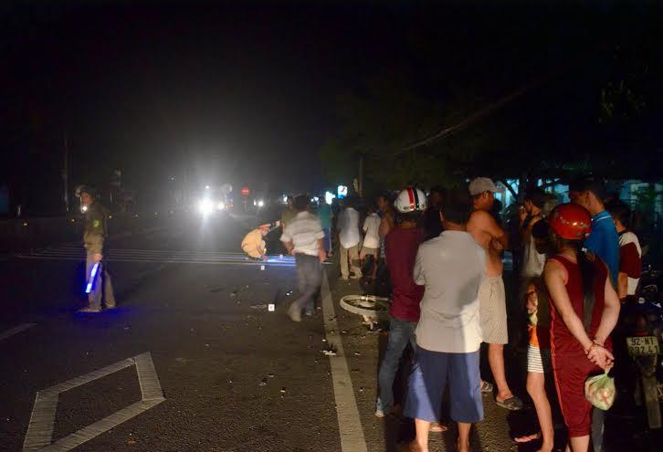 Công an huyện Núi Thành phân luồng giao thông tại hiện trường vụ tai nạn.