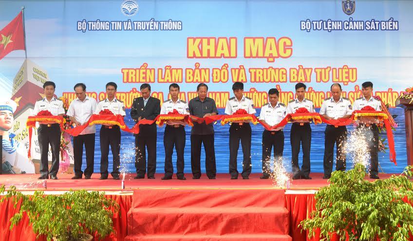 Thứ trưởng Bộ TT-TT Phạm Minh Tuấn; Đại tá Trần Văn Dũng, Chính ủy Bộ tư lệnh Vùng cảnh sát biển 2 cắt băng khai mạc triển lãm.