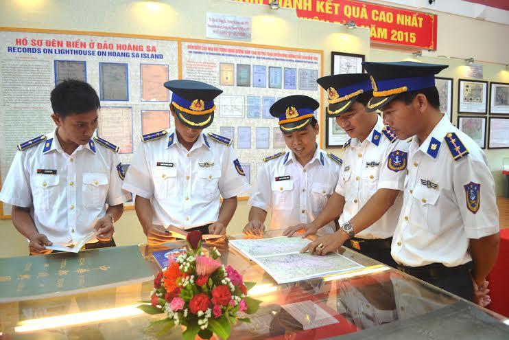 Các chiến sĩ Vùng Cảnh sát biển 2 tiếp cận bản đồ do các nước phương Tây xuất bản khẳng định chủ quyền của Việt Nam đối với Hoàng Sa, Trường Sa.