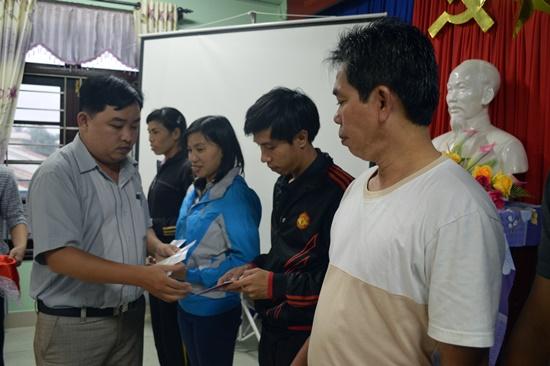 Trao giấy chứng nhận cho các học viên hoàn thành khóa tập huấn.