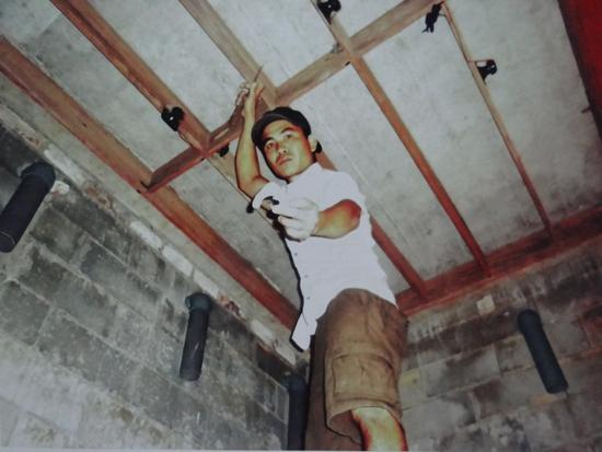 Anh Ngô Thanh Phong với mô hình nuôi chim yến trong nhà cho hiệu quả kinh tế cao. Ảnh: D.L