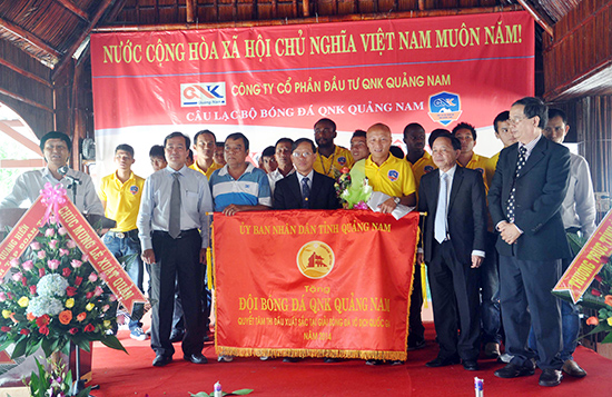 Lãnh đạo tỉnh cùng đội bóng QNK Quảng Nam tại lễ xuất quân năm 2014 - năm đầu tiên bóng đá đất Quảng bước vào sân chơi V-League.