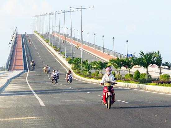 Cầu Cửa Đại hoàn thành là một trong những dấu ấn phát triển, tăng trưởng đột phá hạ tầng năm 2015 của Quảng Nam. Ảnh: TÙY PHONG