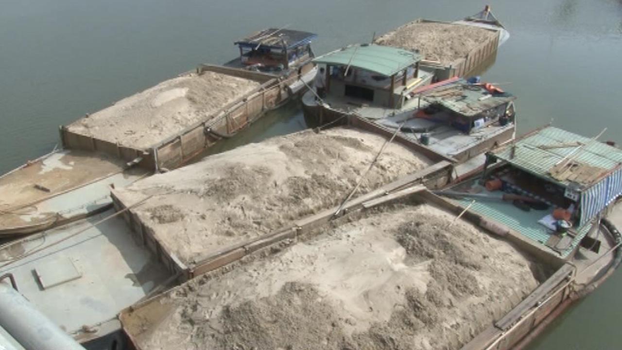 Với những tàu vỏ thép lớn như thế này, mỗi ngày lòng sông Thu Bồn mất đi hàng nghìn khối cát