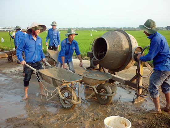 Tuổi trẻ Quảng Nam giúp dân bê tông hóa giao thông nông thôn. Ảnh: THIÊN NGÂN