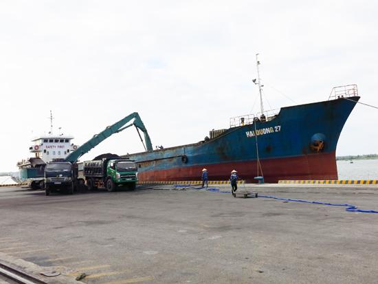 Thu, chi ngân sách đều phụ thuộc rất lớn vào sự tăng trưởng của doanh nghiệp trọng điểm tại các khu công nghiệp. TRONG ẢNH: Tàu vận tải cập cảng Kỳ Hà. Ảnh: T.P