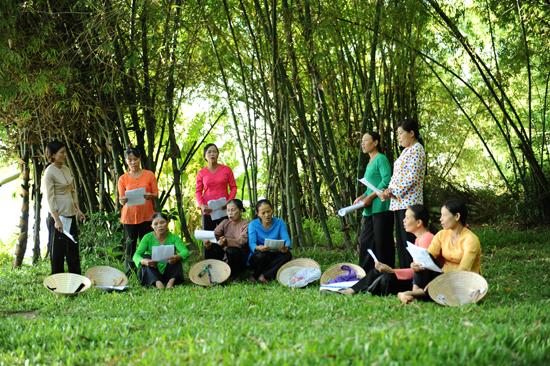 Tranh thủ giờ trưa, cùng nhau luyện hát dân ca: Ảnh Minh Hải