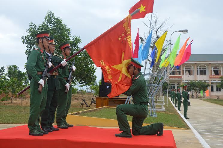 Chiến sĩ mới tuyên thệ dưới Quân kỳ Quyết thắng.