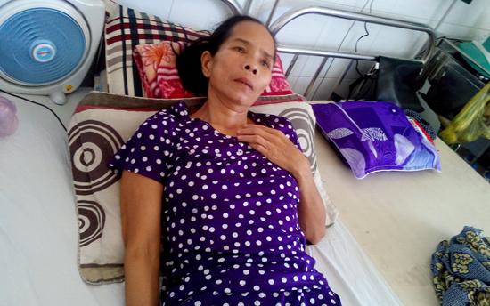 Bà Lê Thị Nhị đang điều trị tại bệnh viện Đà Nẵng. Ảnh: VÕ THỊ NHƯ TRANG
