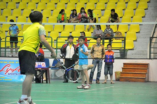 Các em học sinh bước vào thi đấu môn cầu lông