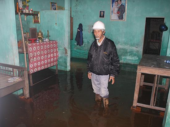 Sau trận mưa nhỏ, nhà của ông Nguyễn Đông, tổ 12 thị trấn Hà Lam đã bị ngập nước.  Ảnh: Thanh Nguyên