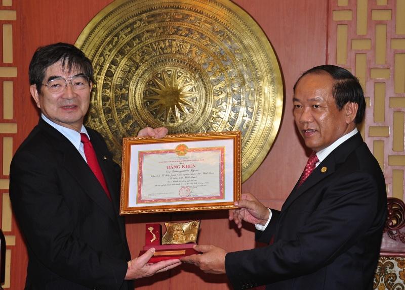 Chủ tịch UBND tỉnh Đinh Văn Thu tặng bằng khen cho ông Yanagisawa Kyoei vì những đóng góp với Quảng Nam . Ảnh: VINH ANH