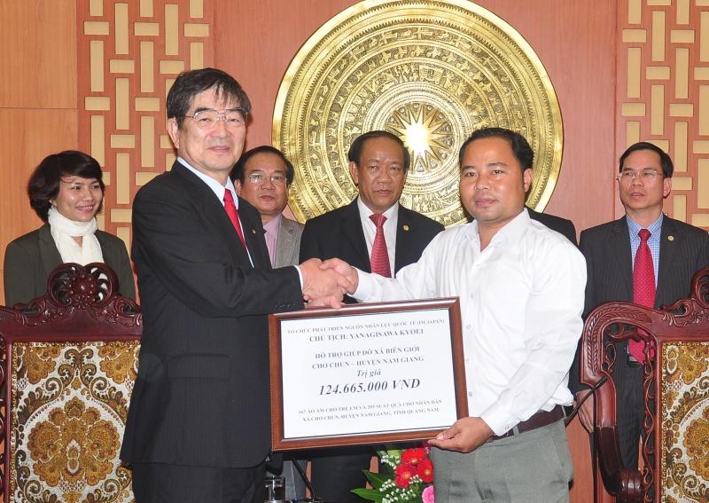 Ông Yanagisawa Kyoei trao số tiền gần 125 triệu đồng cho lãnh đạo xã Chơ Chun (Nam Giang). Ảnh: VINH ANH