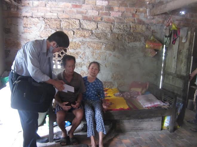 Trao quà cho gia đình ông Trần Văn Đây và bà Nguyễn Thị Mai (tổ 2, thôn Đông Tác, xã Bình Nam, Thăng Bình).