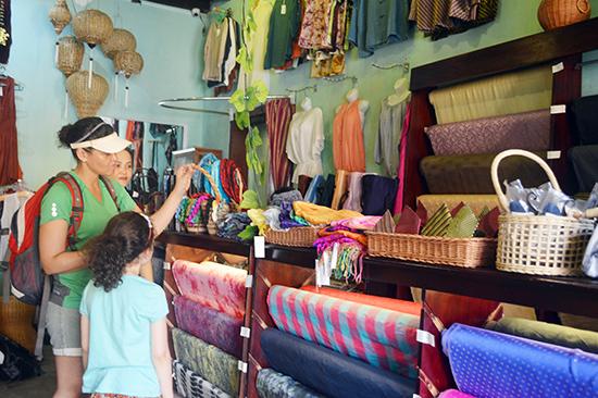Nhà trưng bày trở thành điểm đến tham quan mua sắm của khách khi đến Hội An.