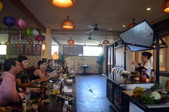 Du khách tàu biển học nấu ăn tại nhà hàng Chợ Phố Hội An