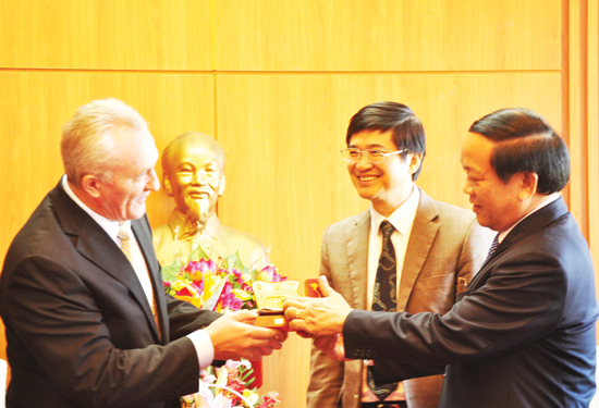 Quang Nam leaders offer the new Russian Consul General in Da Nang (left) a souvenir.