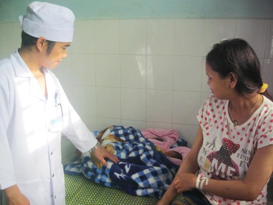 Trung tâm Y tế huyện Tây Giang vừa thực hiện thành công ca mổ song thai cho sản phụ Alăng Thị Níu. Ảnh: VĂN HÀO