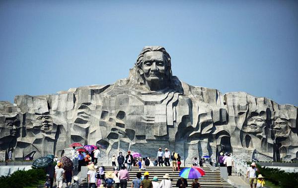 Nhiều du khách đến tham quan Tượng đài mẹ Việt Nam anh hùng. Ảnh: Internet