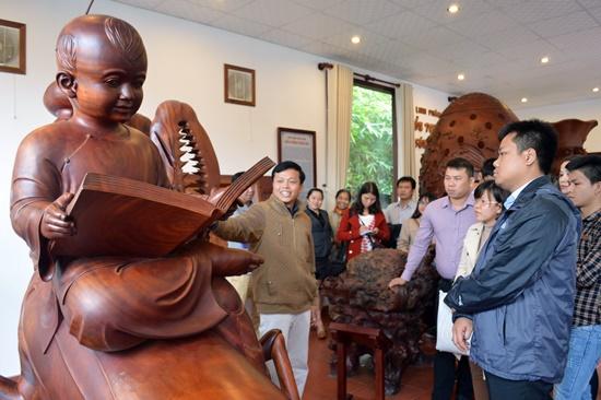 Đoàn tham quan cơ sở gỗ mỹ nghệ Âu Lạc