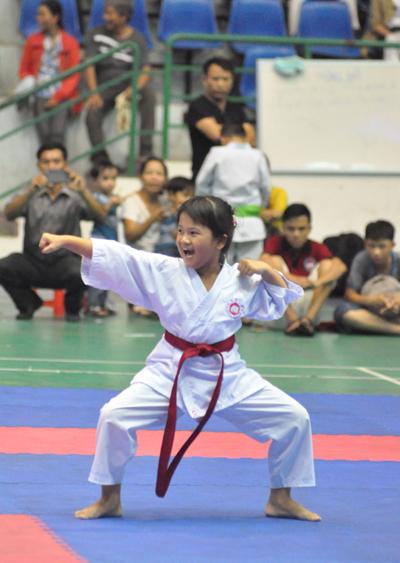 VĐV Nguyễn Thị Thanh Hương 9 tuổi (Duy Xuyên) tạo ấn tượng tại giải Karatedo trẻ tỉnh Quảng Nam.