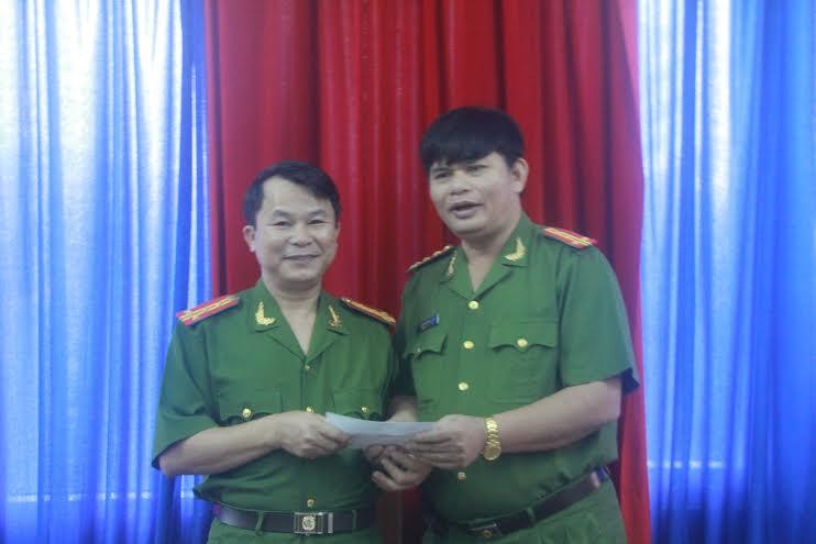 Đại tá Huỳnh Sông Thu - Phó Giám đốc Công an tỉnh (bìa phải) thưởng nóng cho đại diện lãnh đạo Phòng PC45.