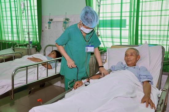 Hộ nghèo nhận được sự hỗ trợ, chăm sóc về y tế.Ảnh: D.LỆ