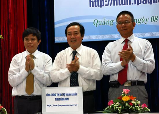 Phó Chủ tịch Thường trực UBND tỉnh Huỳnh Khánh Toàn khai trương Cổng thông tin hỗ trợ doanh nghiệp. Ảnh: T.DŨNG