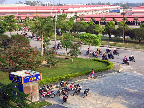 Hạ tầng ở nhiều khu công nghiệp đang dần được đầu tư đồng bộ.  TRONG ẢNH: Khu công nghiệp Điện Nam - Điện Ngọc.