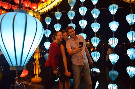 Du khách thích thú chụp ảnh với ngôi nhà đèn lồng