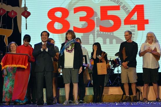 Phó chủ tịch UBND tỉnh Huỳnh Khánh Toàn tặng hoa cho vị khách thứ 1,8 triệu