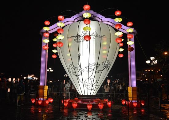 Cây đèn lồng cao 6m được trưng bày phục vụ du khách tham quan chụp hình lưu niệm