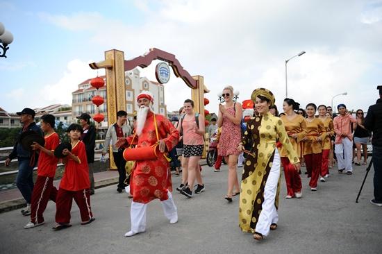 Đoàn khác Úc diễu hành sang khu vực Vườn tượng An Hội để tham gia các hoạt động đón tiếp
