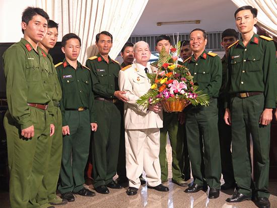Cán bộ, chiến sĩ Sư đoàn 2  với Thượng tướng Nguyễn Chơn  (năm 2011). Ảnh: HỒNG VÂN