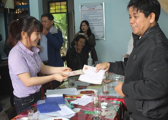 Các hộ kinh doanh đến nộp thuế môn bài năm 2016 tại Đội thuế liên xã khu tây huyện Duy Xuyên. Ảnh: T.M