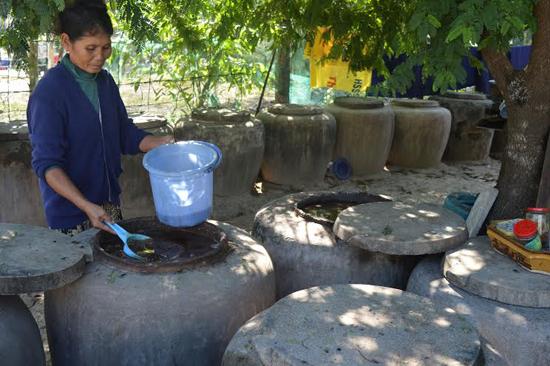 Việc hình thành các tổ hợp tác giúp vực dậy nhiều làng nghề đang dần mai một. TRONG ẢNH: Làng nước mắm Cửa Khe, xã Bình Dương.